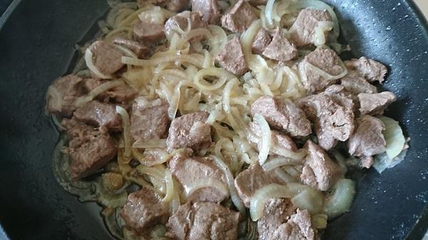 мясо дикого кабана с луком тушеное