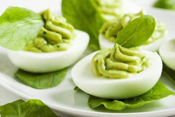 фаршированные яйца авокадо