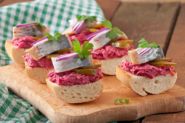 бутерброды с сельдью и свеклой