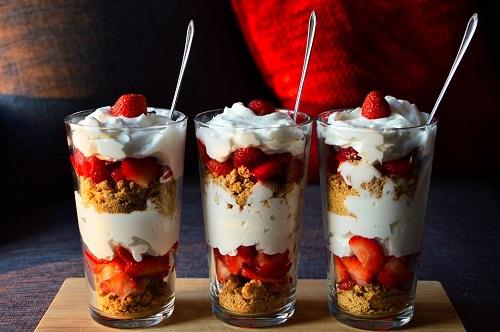 клубничный десерт из йогурта