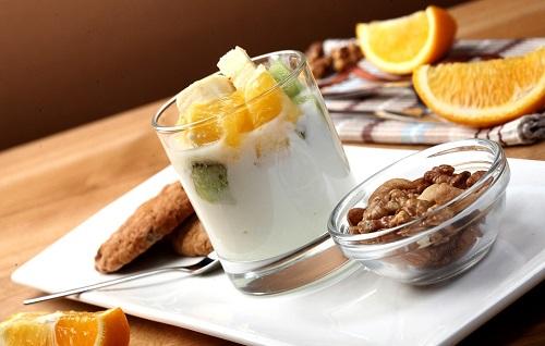 фруктовый десерт с йогуртом