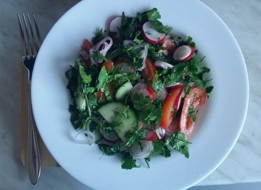 салат из редиса, с огурцами и помидорами
