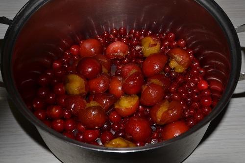варим сливовый компот с ягодами