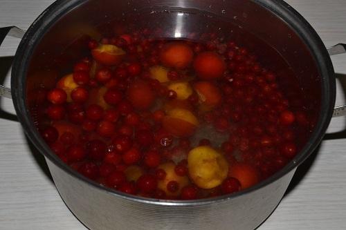 заливаем фрукты и ягоды водой