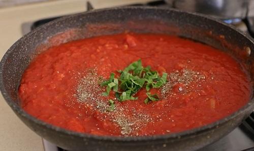 варим томатный соус для клецок