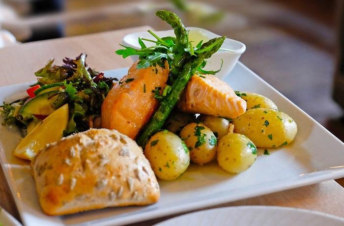лосось запеченный с молодым картофелем
