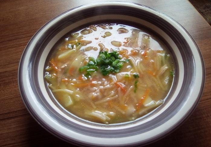 Легкий куриный суп с лапшой и картофелем