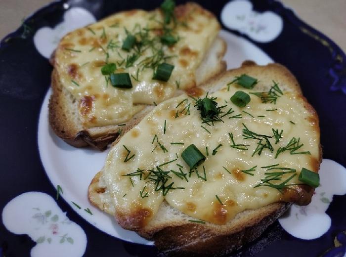 Простой горячий бутерброд с сыром